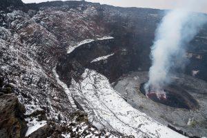 Foto scattata dall'orlo del cratere, dopo una forte grandinata, dalla quale si vedono le due cenge e, in fondo, il lago di lava